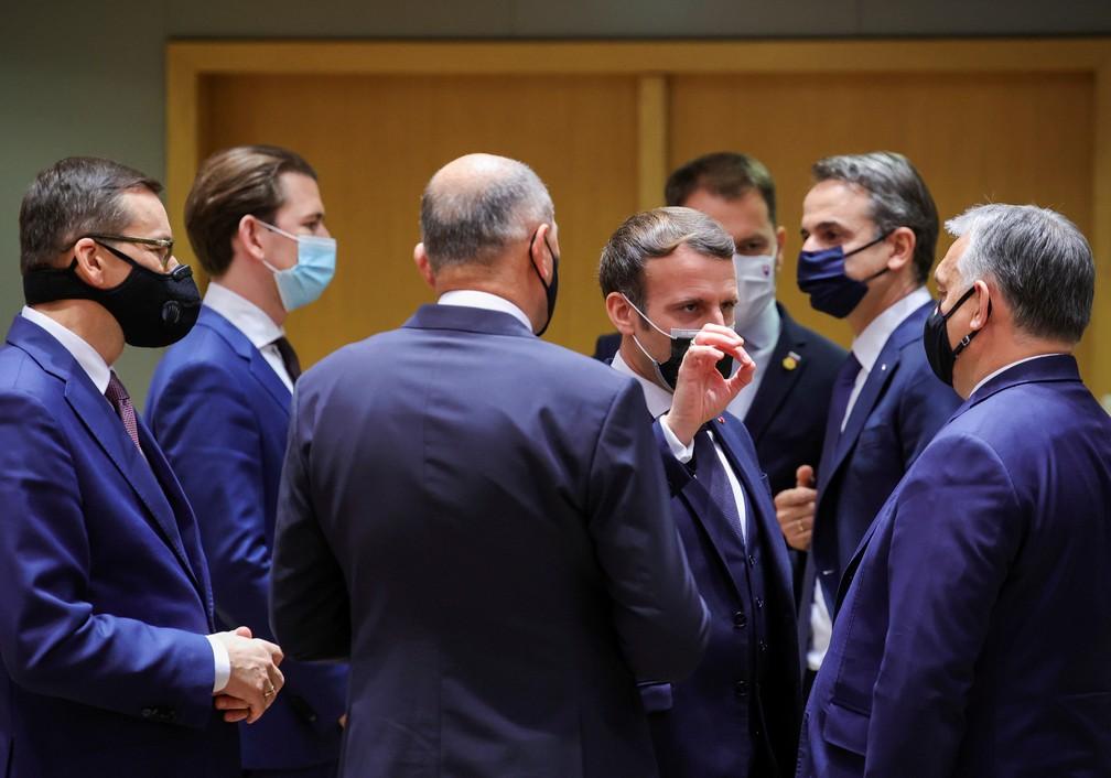 Presidente Macron, fala com o primeiro-ministro da Hungria, Viktor Orban, ao lado do primeiro-ministro polonês Mateusz Morawiecki, do chanceler austríaco Sebastian Kurz e do primeiro-ministro grego Kyriakos Mitsotakis em um encontro em Bruxelas no dia 10 de dezembro de 2002 — Foto: Olivier Matthys/Pool/Reuters/Arquivo