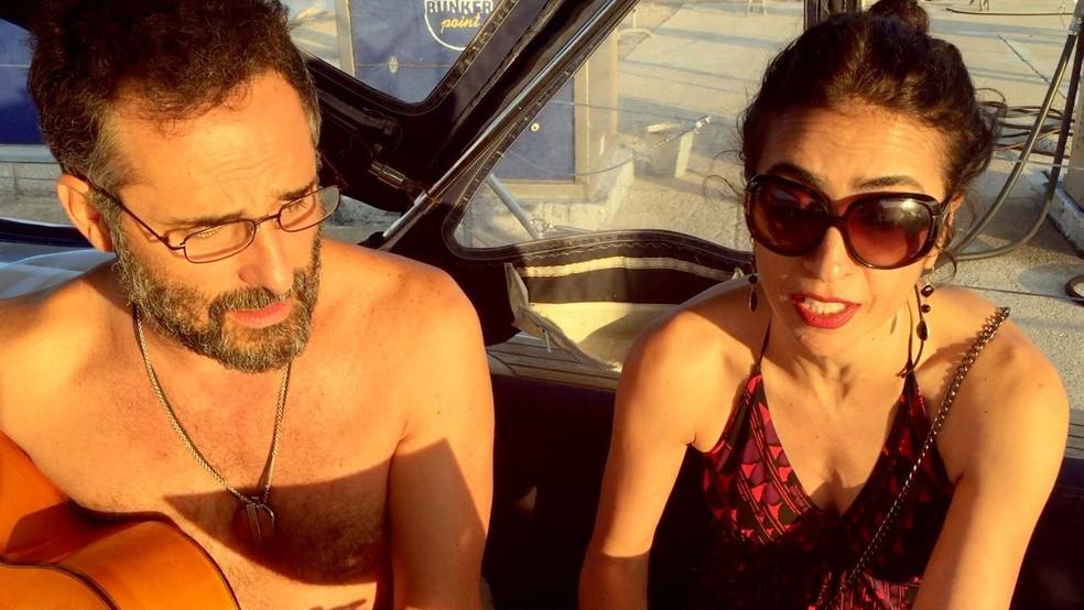 Jorge Drexler e Marisa Monte compõem a música 'Vento sardo' em 2016, em passeio de barco à vela na Sardenha — Foto: Acervo pessoal de Marisa Monte
