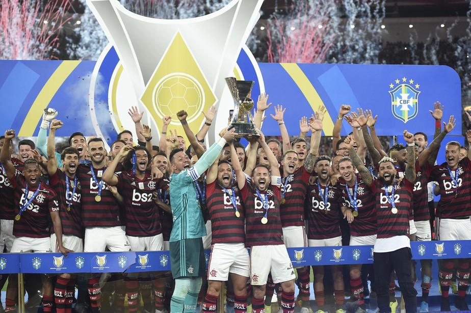Flamengo levanta a taça de campeão brasileiro no Maracanã após golear o Ceará