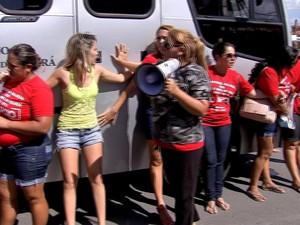 Mulheres abraçaram ônibus para impedir saíde de policiais (Foto: TV Verdes Mares/Reprodução)