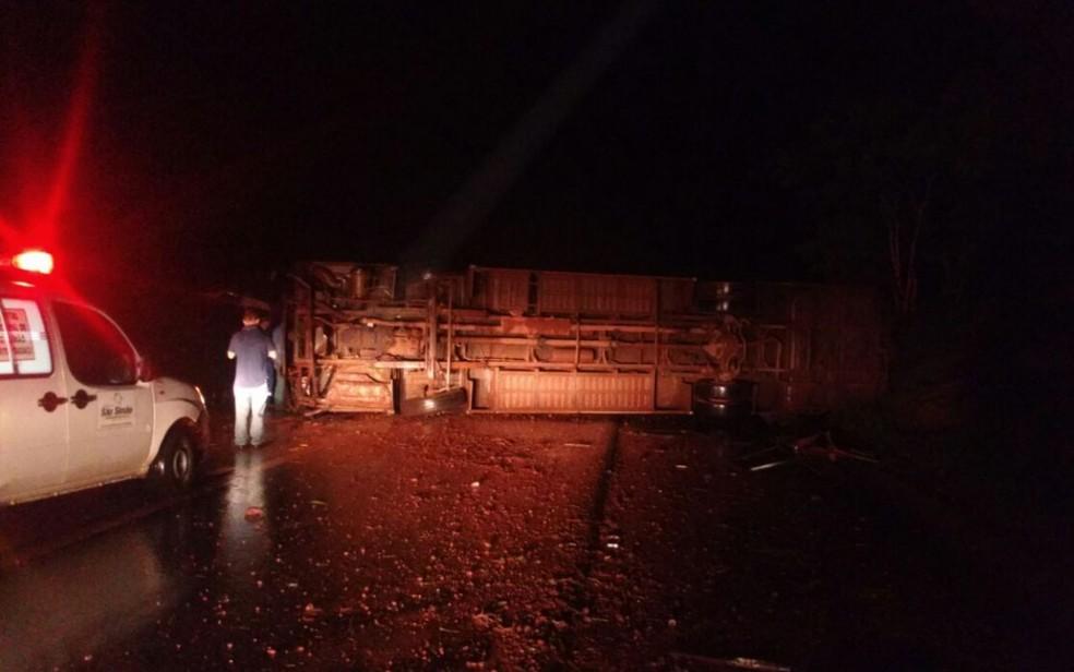 -  Veículo ficou tombado na BR-364 em São Simão  Foto: PRF/Divulgação