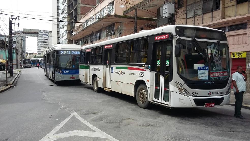 Protesto de motoristas e cobradores de ônibus teve coletivos estacionados em vias próximos à Avenida Guararapes, no Recife, nesta quarta-feira (4) — Foto: Elvys Lopes/TV Globo