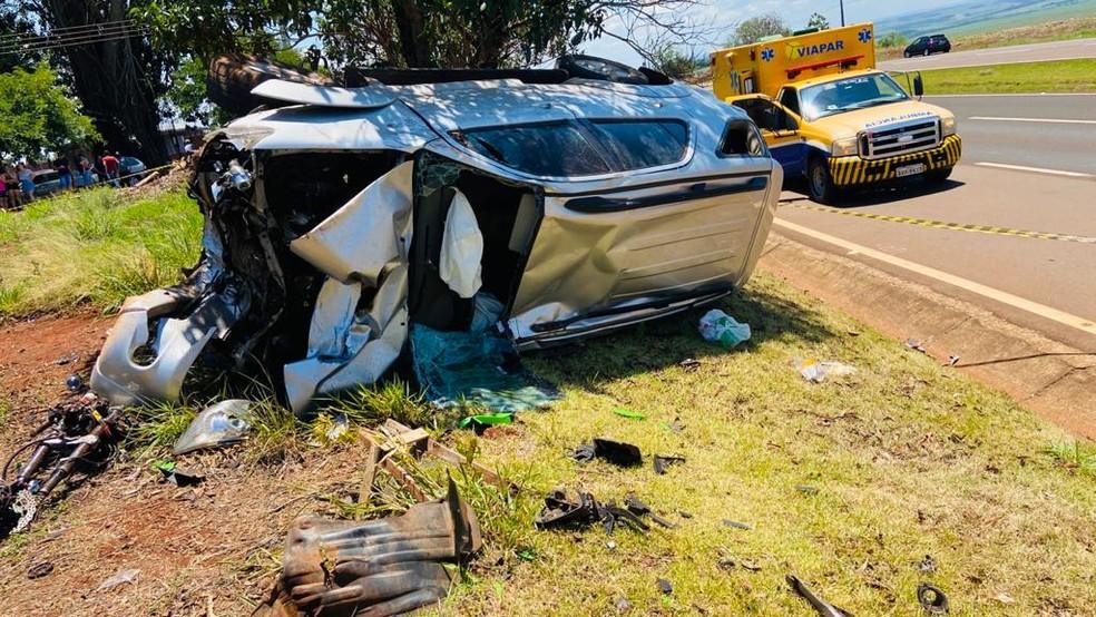Motorista do carro foi encaminhada ao hospital após batida na PR-317 — Foto: Divulgação/PRE