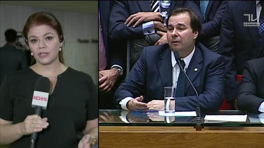 Na ausência de Temer, Maia sanciona texto que afrouxa Lei de Responsabilidade Fiscal