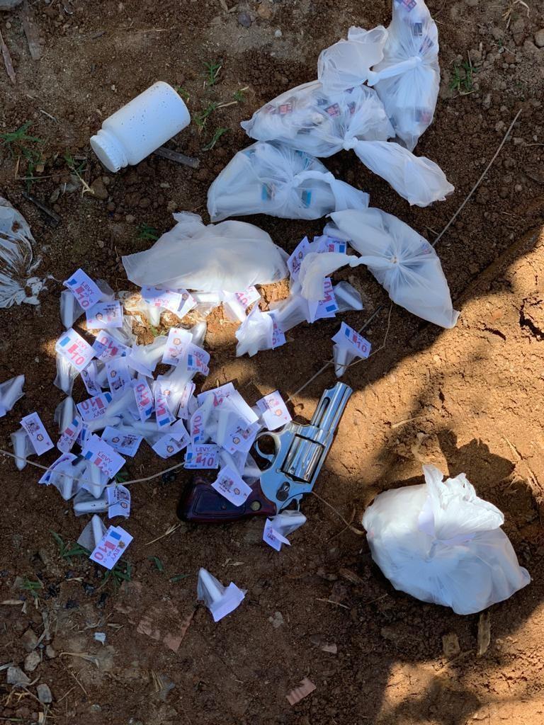 Homem é flagrado com drogas e arma enterradas no quintal de casa em Levy Gasparian
