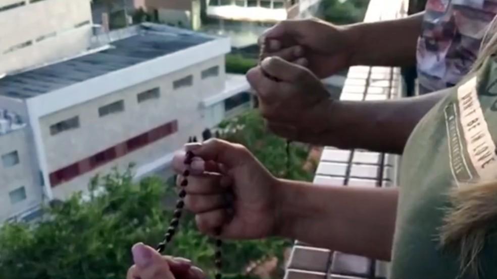 Católicos foram até as varandas acompanhar reza do terço em Campina Grande — Foto: Reprodução/TV Paraíba