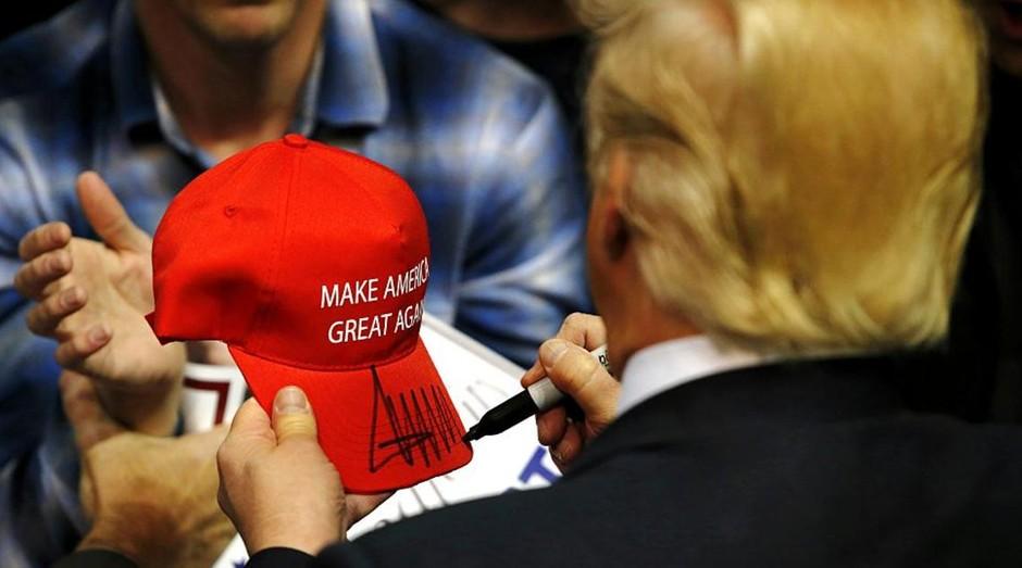 Donald Trump, presidente dos EUA, autografando boné da Cali-Fame (Foto: Getty Images)