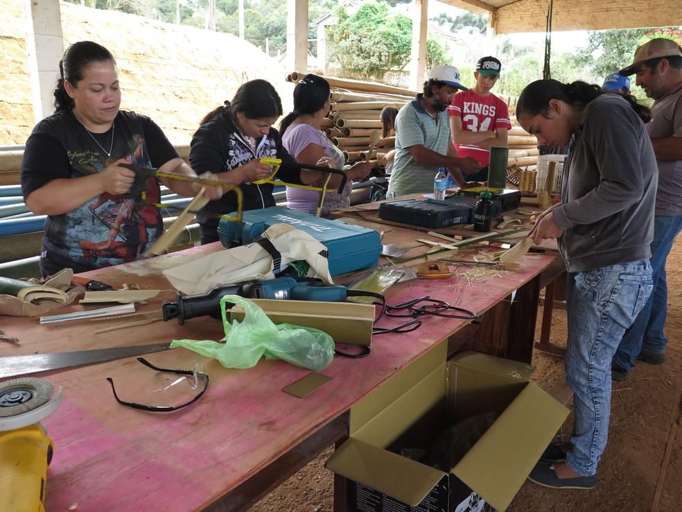 Agricultores de Ribeirão Branco (SP) na confecção de objetos de bambu — Foto: Arquivo pessoal