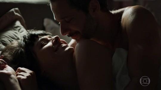 Sara recupera a memória e tem primeira noite de amor com Ali; reveja a cena