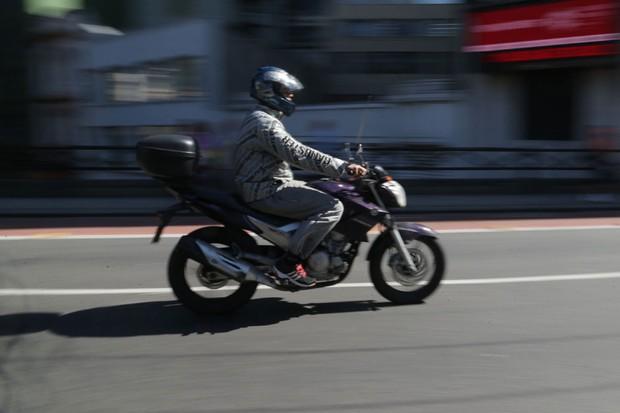 Moto sendo pilotada em São Paulo (Foto: Paulo Pinto / Fotos Públicas)
