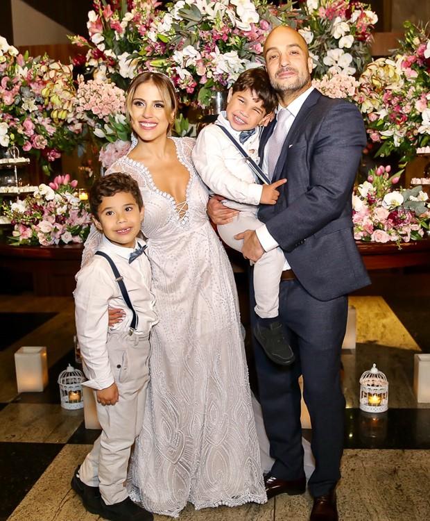Os noivos com João Francisco e José Marcus (Foto: Manuela Scarpa/Brazil News)