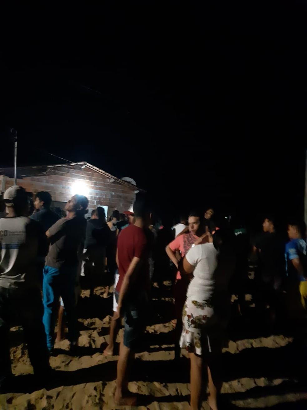 Presença da polícia no local atraiu muitos curiosos na noite desta quarta-feira (24) — Foto: Reprodução