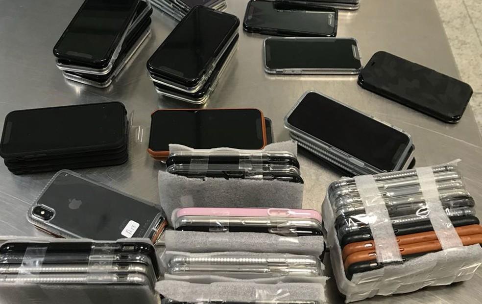 Passageiro é flagrado com 246 iPhones em três malas na volta dos Estados Unidos. no desembarque do Aeroporto de Guarulhos (Foto: Receita Federal/Divulgação)