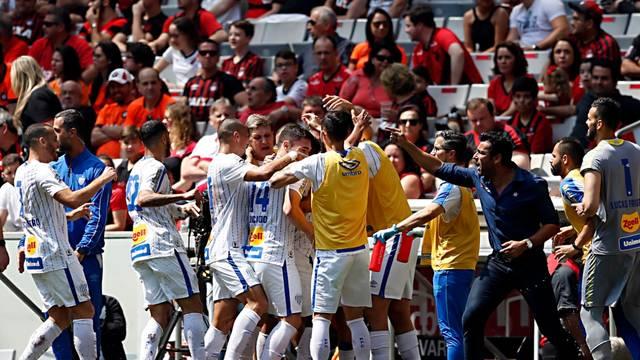 Elenco do Avaí comemora o gol que deu a segunda vitória do time no Campeonato Brasileiro