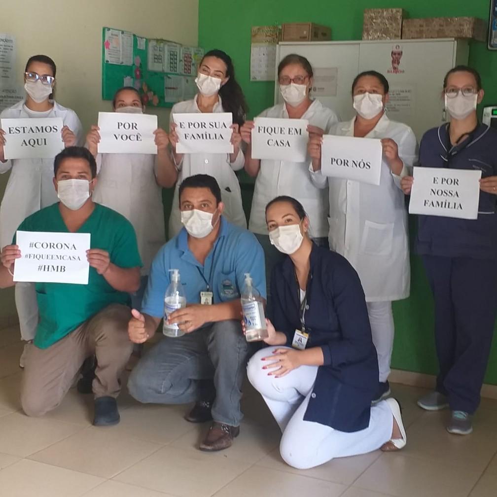 Equipe médica do Hospital Municipal de Borrazópolis (PR) posa com mensagem em prol da quarentena — Foto: Dayane Dellatorre/Arquivo pessoal via VC no G1