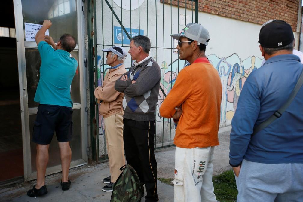 Eleitores esperam para votar no 2º turno das eleições do Uruguai neste domingo (24). — Foto: Mariana Greif/Reuters