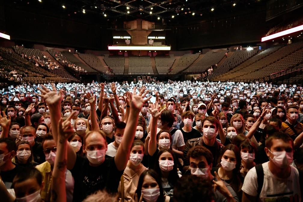 Público participa de show-teste em Paris com apresentação da banda Indochine na AccorHotels Arena — Foto: STEPHANE DE SAKUTIN / AFP