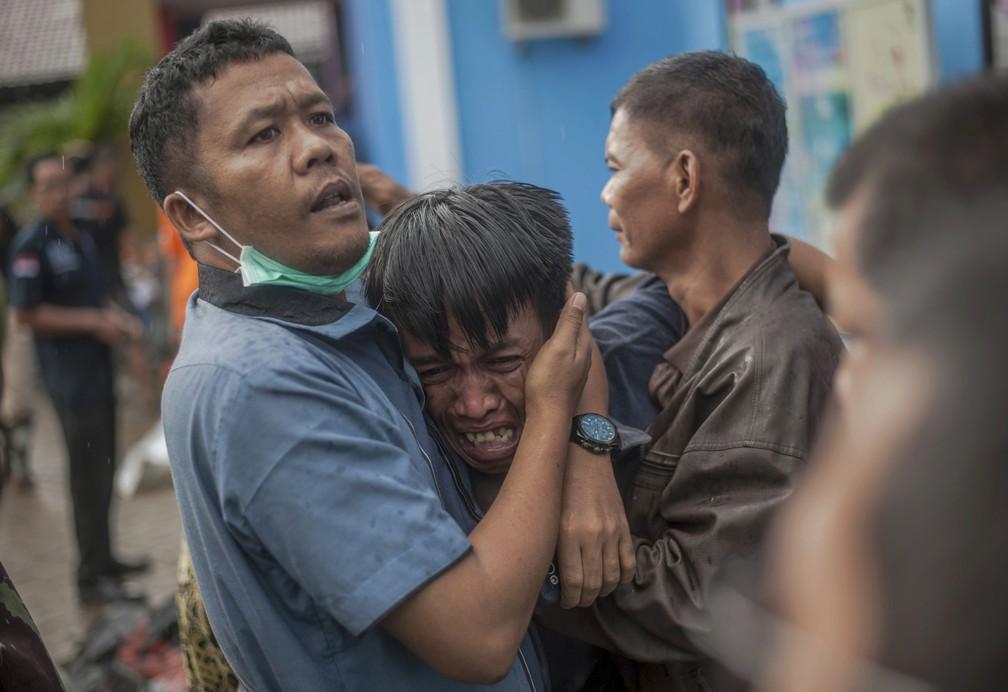 Em Carita, na Indonésia, homem se desespera após familiar ser identificado entre as vítimas do tsunami — Foto: AP Photo/Fauzy Chaniago