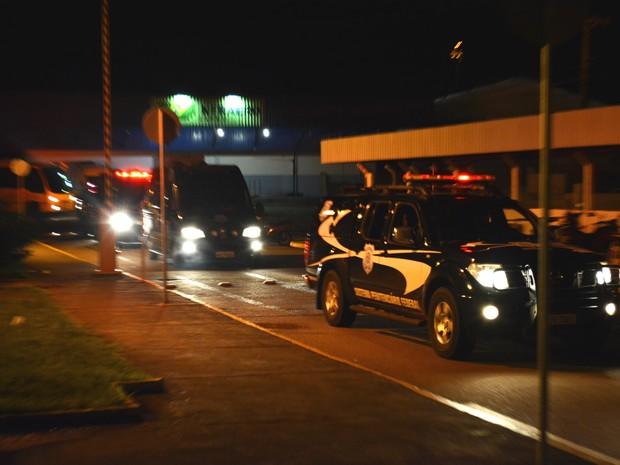 Viatura conduz  comboio para penitenciária federal de RO (Foto: Matheus Henrique/ G1)