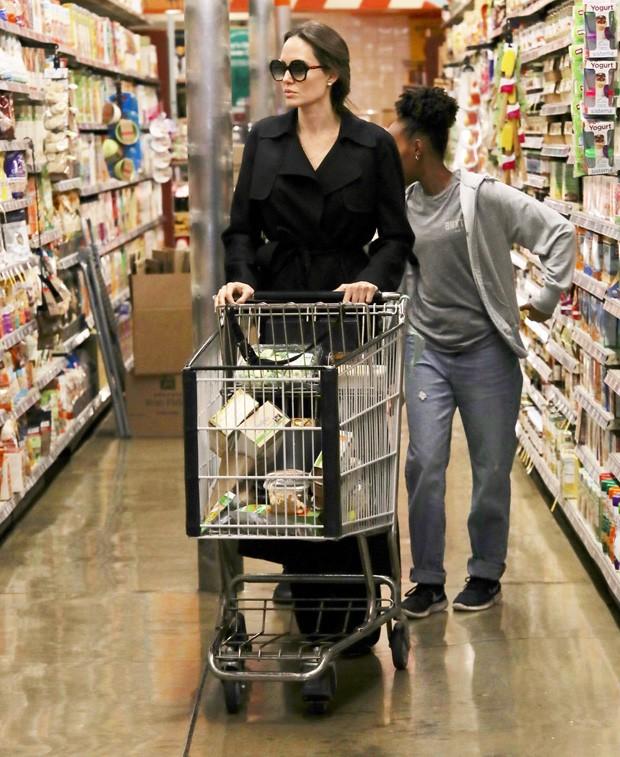 Angelina Jolie com Zahara e Knox (Foto: Grosby Group)