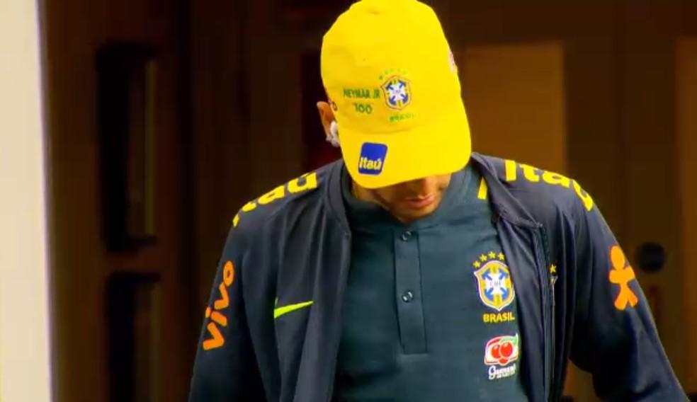 44797619a16e9 ... Neymar usando boné com o número 100  marca é difícil de explicar — Foto
