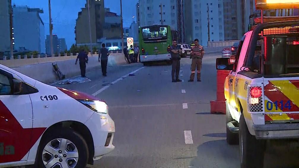 Mulher morre após ser atropelada por ônibus no Viaduto Orlando Murgel — Foto: Reprodução TV Globo