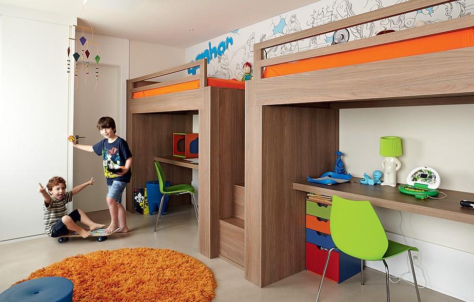As escrivaninhas ficam embaixo das camas suspensas, com 1,60 m de altura. Assim, há mais espaço para a circulação das crianças, que têm 8 e 4 anos. Projeto da arquiteta Fernanda Lovisaro