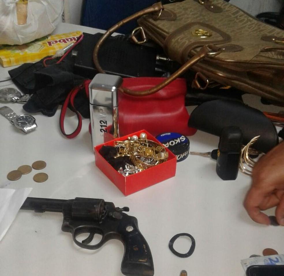 Além dos objetos roubados na casa a polícia encontrou também arma e munições com os suspeitos (Foto: PM-Araguaína/Divulgação)