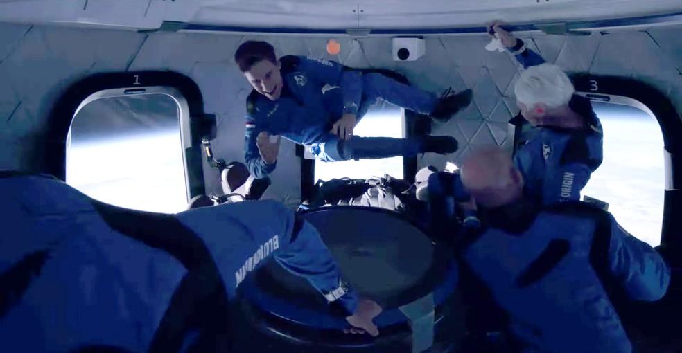 Tripulantes da nave flutuam durante voo da Blue Origin com Jeff Bezos — Foto: Blue Origin/Handout via REUTERS.