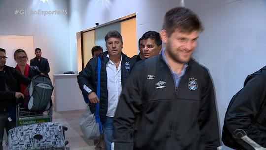 """Grêmio volta a Porto Alegre após vitória em Tucumán e prega cautela: """"Faltam 90 minutos"""""""