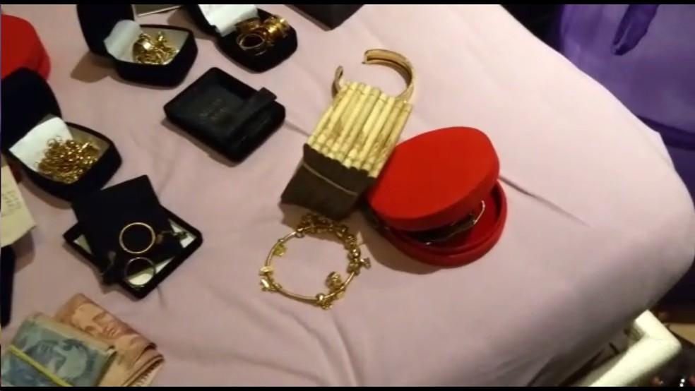 Dinheiro e joias apreendidos na casa de Luis Anderson, preso na Operação Saigon (Foto: Reprodução/TV Globo)