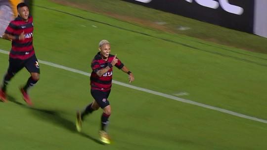 Gol do Vitória! De pênalti, Neilton desloca o goleiro e marca, aos 35 do 2º tempo