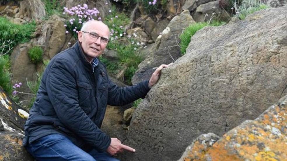 Michel Paugam, autoridade local, acha que a inscrição pode estar na língua bretã antiga — Foto: AFP