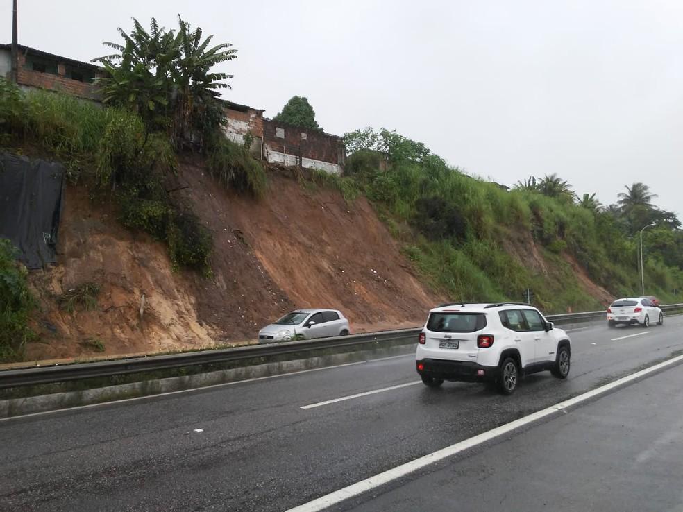 Barreira do Castelo Branco interditou uma das faixas da BR-230 em João Pessoa — Foto: Antônio Vieira/TV Cabo Branco