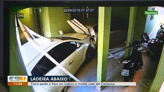 Carro perde freio, desce ladeira e invade casa de Cariacica, ES