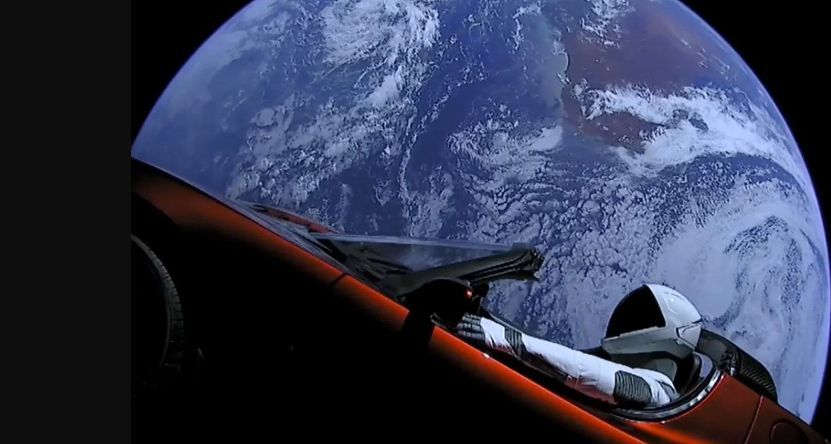 O veículo da Tesla junto de um manequim após ser lançado por foguete (Foto: Divulgação/SpaceX)