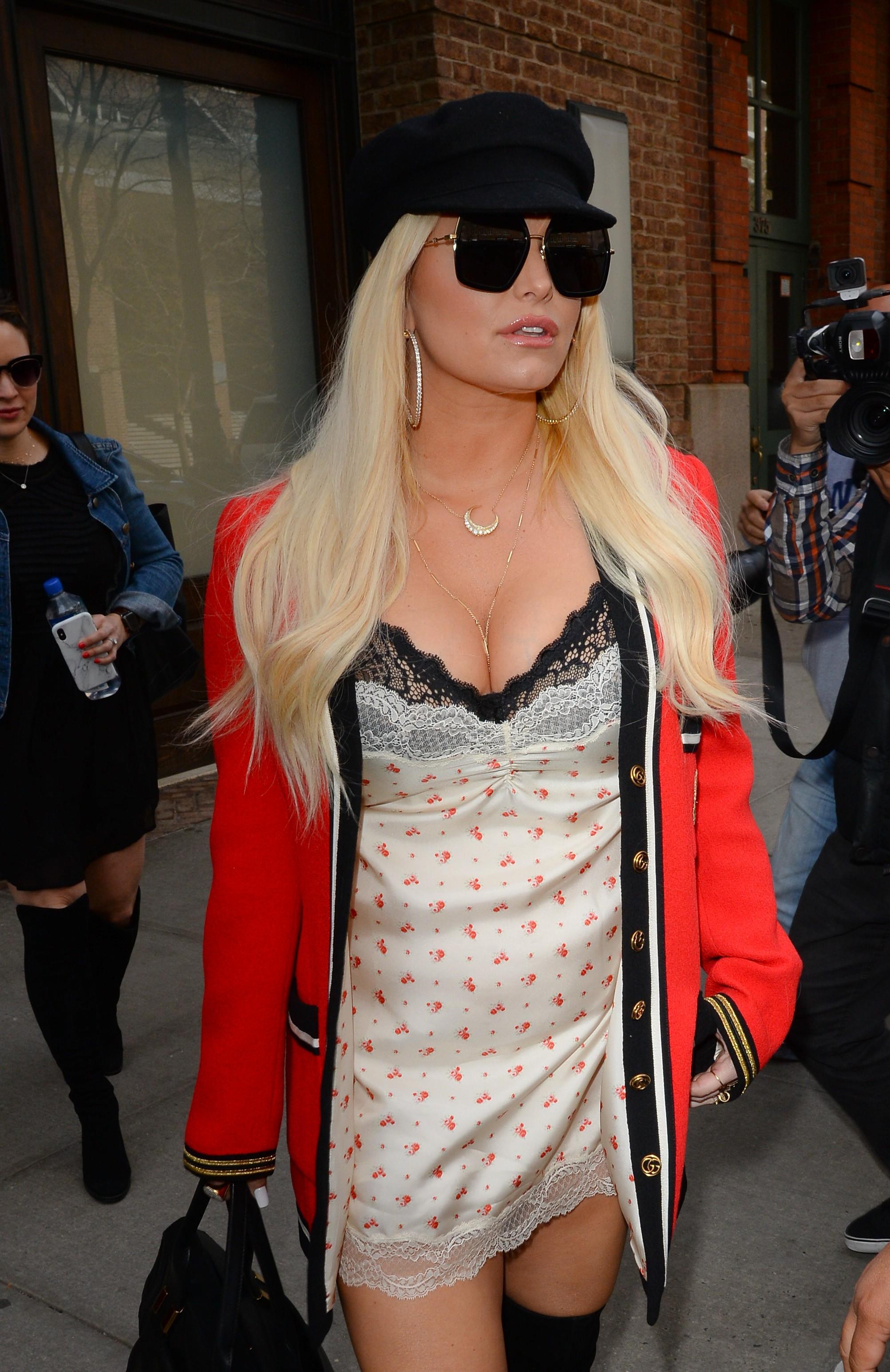 A cantora Jessica Simpson durante um passeio por Nova York vestindo uma camisola (Foto: Getty Images)