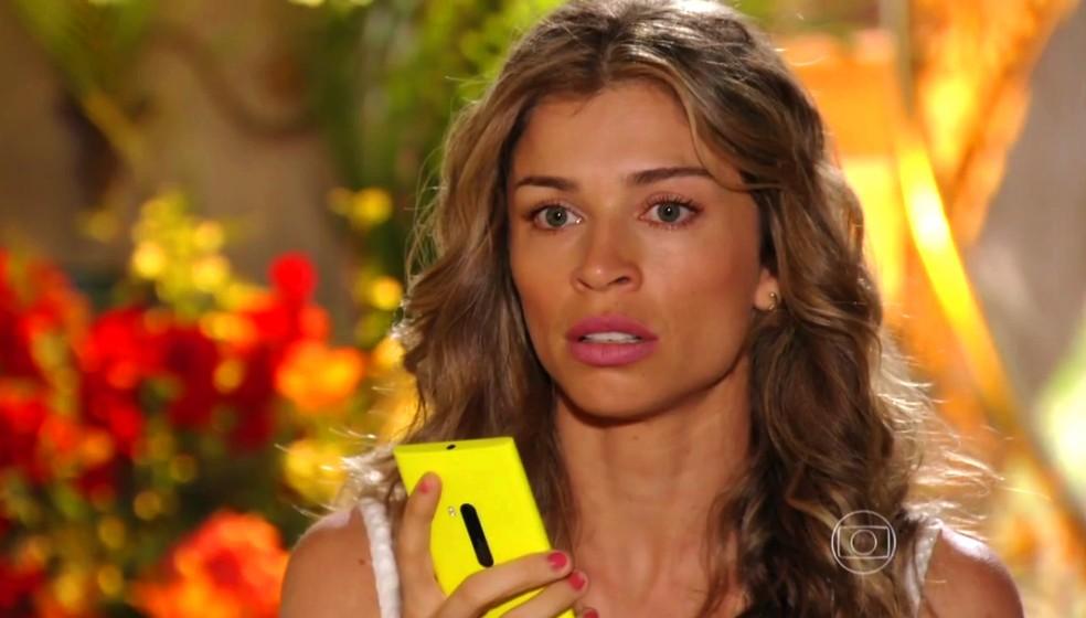 Ester (Grazi Massafera) fica nervosa quando percebe que Cassiano (Henri Castelli) foi levado por Gonzalo (Norberto Presta) - 'Flor do Caribe' — Foto: Globo