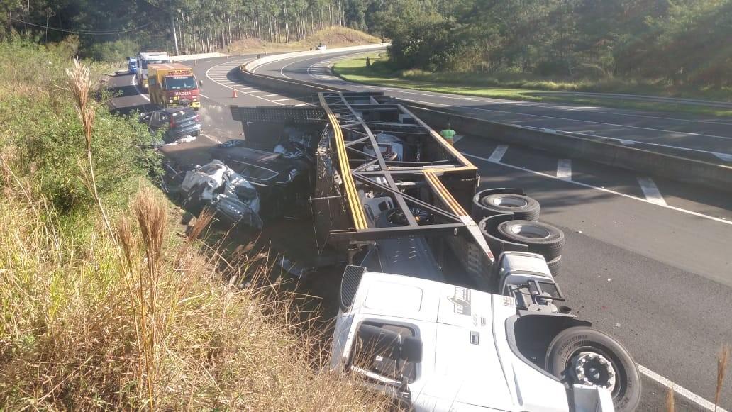 Caminhão-cegonha tomba na BR-376 e destrói oito carros zero quilômetro, diz PRF