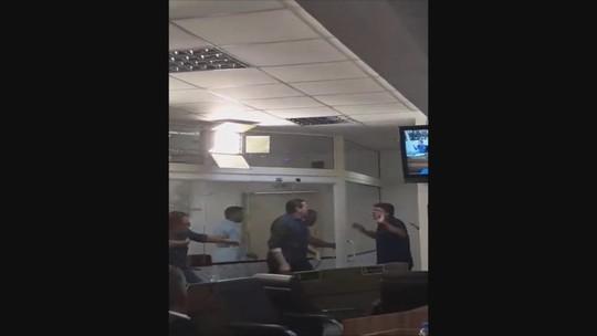 Discussão na Câmara de São José termina em confusão e empurra-empurra entre vereadores; VÍDEO