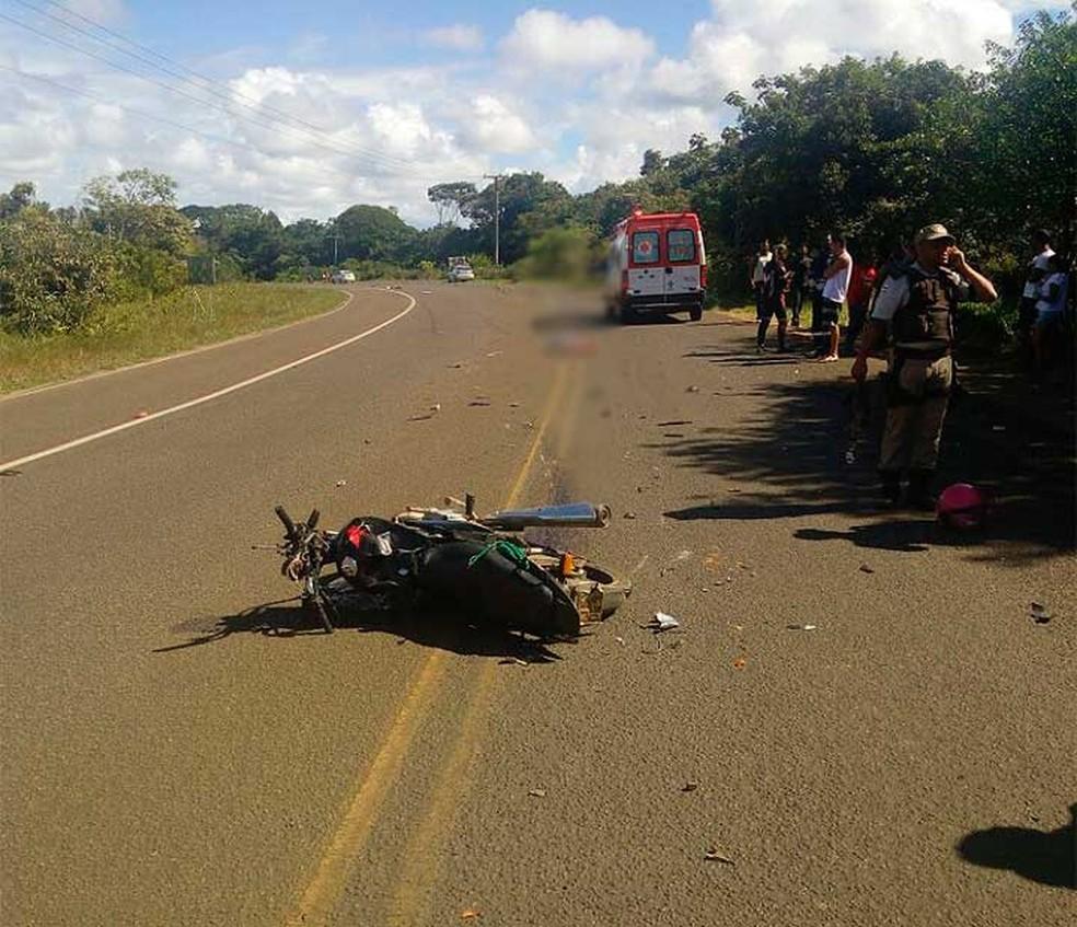 Moto envolvida no acidente que deixou ao menos, um morto no sul da Bahia  (Foto: Divulgação/PRE)