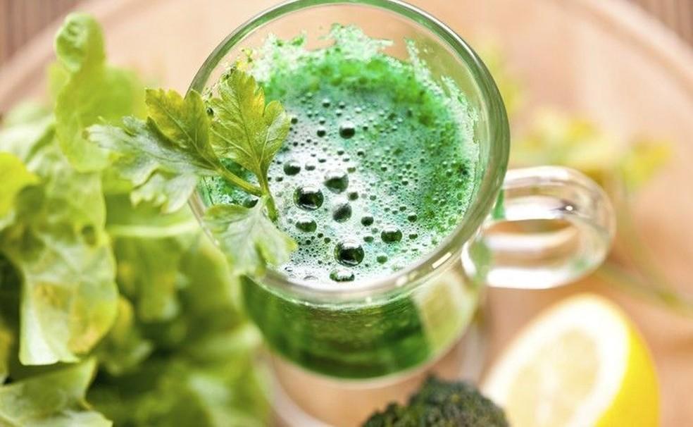 Rico em nutrientes, o suco verde ajuda a fortalecer a imunidade — Foto: Getty Images