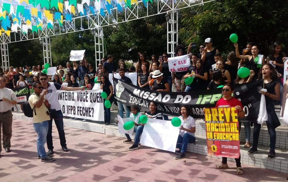 Em Monteiro, estudantes do IFPB se uniram a professores de escolas públicas em ato público — Foto: Edvaldo José/Arquivo pessoal