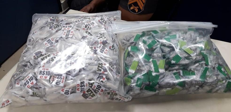 Maconha e cocaína apreendidas em ônibus em Bom Jesus do Itabapoana (Foto: Polícia Militar/Divulgação)