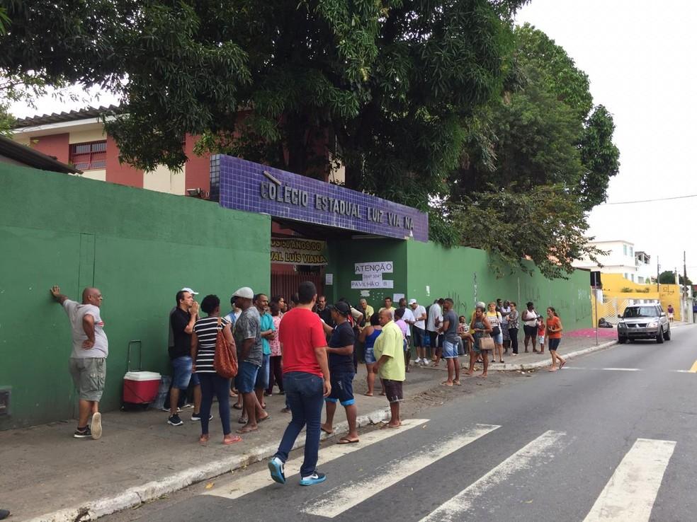 Concentração de eleitores na frente do Colégio Luiz Vianna, em Salvador — Foto: Mônica Melo/TV Bahia