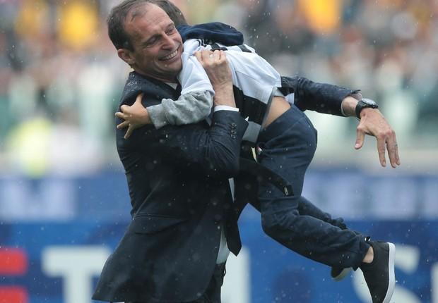 TURIN, ITALY - MAY 19: Juventus FC coach Massimiliano Allegri celebrates with his son after winning the Serie A Championship at the end of the serie A match between Juventus and Hellas Verona FC at Allianz Stadium on May 19, 2018 in Turin, Italy.  (Foto: Emilio Andreoli/Getty Images)
