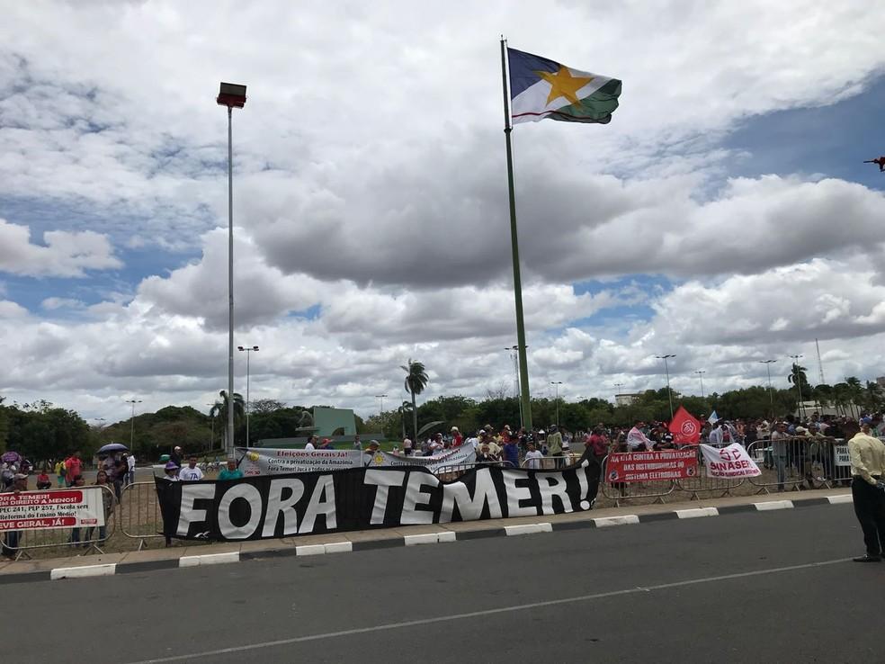 Manifestantes levaram faixas e cartazes para a frente do palácio onde ocorre reunião entre Temer, ministros e autoridades locais  (Foto: Inaê Brandão/G1 RR)