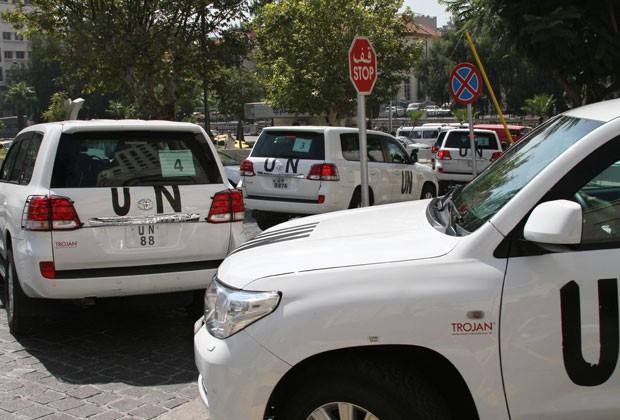Grupo de inspetores da ONU deixa hotel em Damasco nesta segunda-feira (26) (Foto: AP)