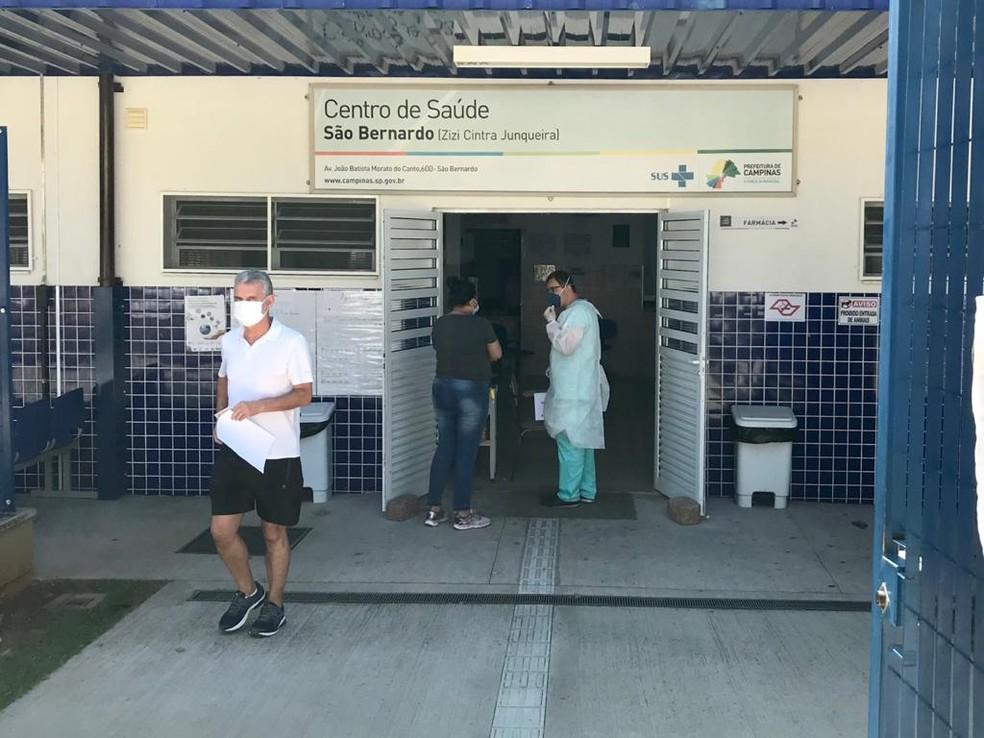 Medicamentos são retirados por moradores nos Centros de Saúde, sempre com receitas — Foto: Divulgação/Prefeitura