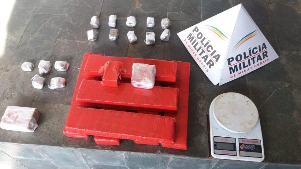 ... Com os supeitos foram apreendidos quase 7 kg de maconha — Foto  Polícia  Militar  e0645536fd1